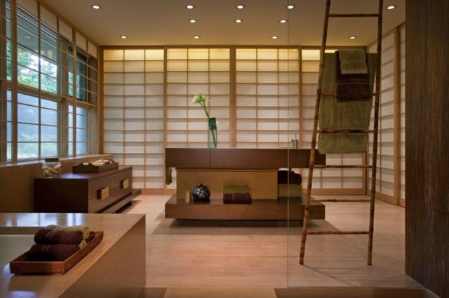 salle de bain japonaise traditionnelle de la baignoire traditionnelle en bois aux cloisons en papier de riz - Salle De Bain Japonaise Traditionnelle